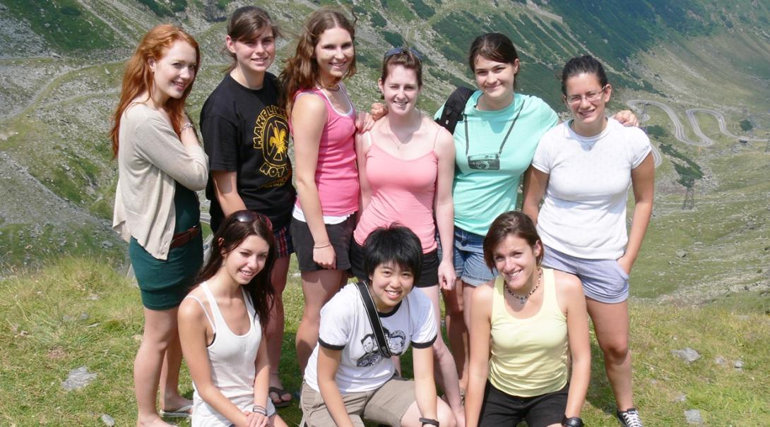 週末にルーマニアの冒険に出かける高校生ボランティアたち